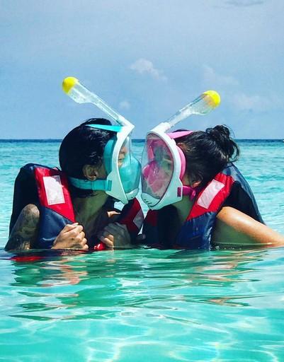Ирина ныряет под воду со специальными масками