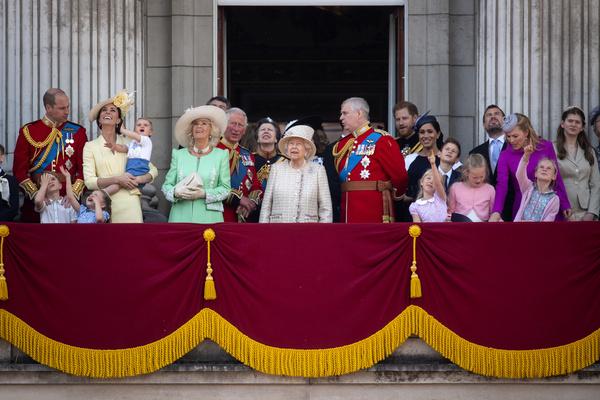 Долгие годы королева поддерживает авторитет британской монархии и борется за честь семьи