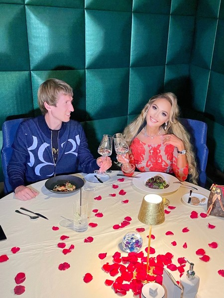 Парень часто устраивает для Анны романтические ужины.