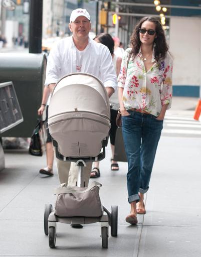 Брюс Уиллис с молодой супругой прогулялись по Нью-Йорку