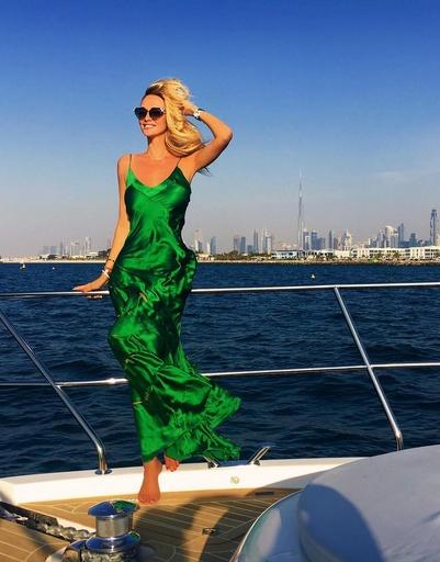 Модель также любит кататься на яхте