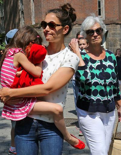 Кэтлин - мама Кэти Холмс - составила компанию своей дочери и внучке