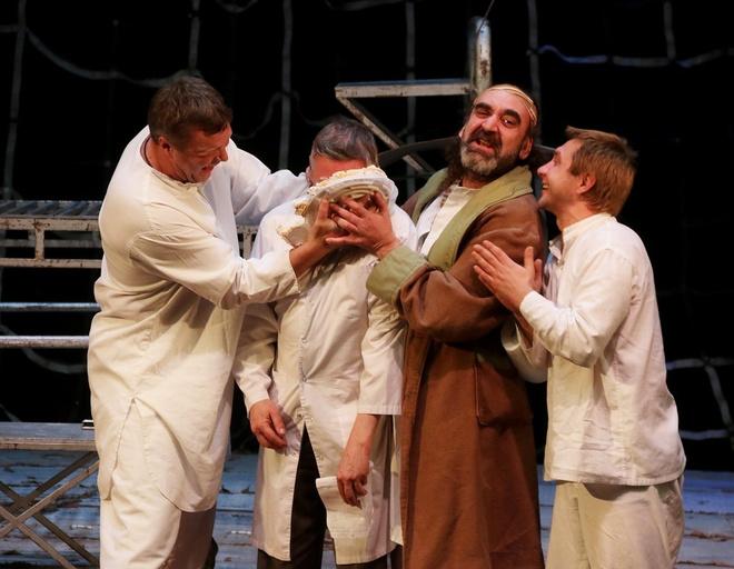 Павел Сборщиков, играющий в спектакле роль Сердюка, вынес прямо на сцену праздничный торт