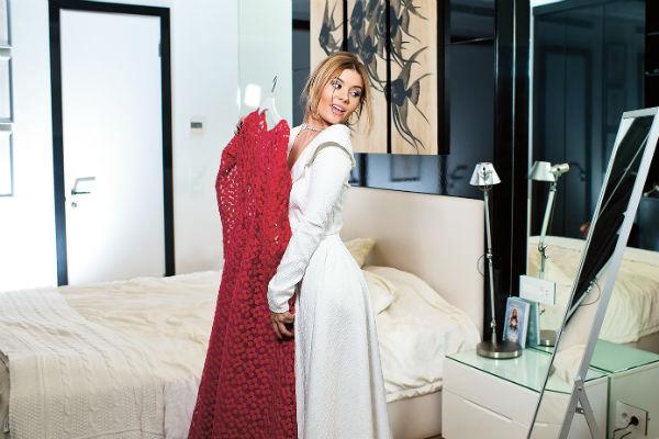 «Вообще я люблю спортивный стиль, но если хочу побыть женственной, выбираю платья от любимого бренда Yulia Prokhorova Beloe Zoloto», – отмечает певица