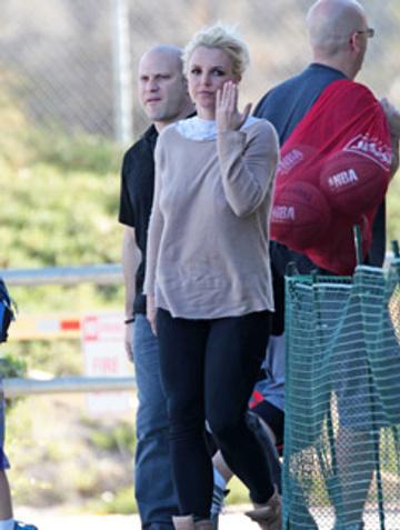 Бритни Спирс демонстрирует кольцо