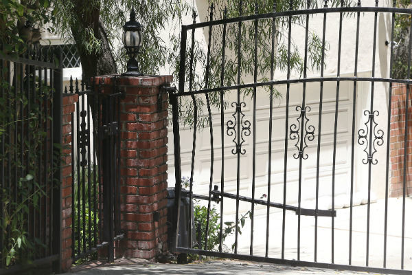 Ворота дома, к которым актера прижал его автомобиль