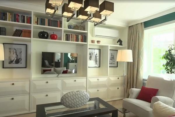 Белоснежные французские кресла и диван обтянуты специальной грязеотталкивающей тканью