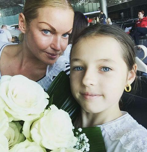 Анастасия Волочкова с дочерью выбирают одинаковые наряды
