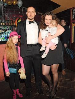 Александр Фадеев(певец Данко) с женой Натальей и дочками - 11-летней Софьей и годовалой Агатой