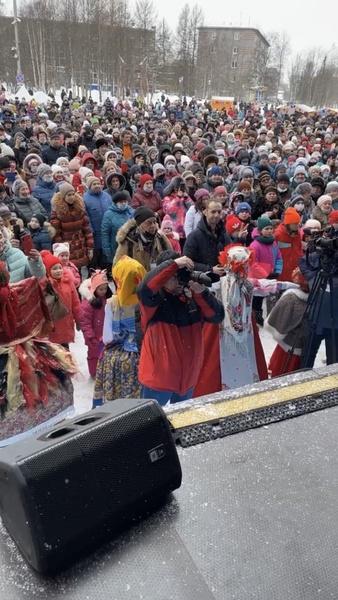 На центральной площади города собралось огромное количество людей, которые присоединились к веселью.