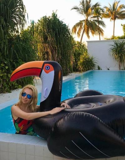 После обеда Яна Рудковская предпочитает нежиться в бассейне