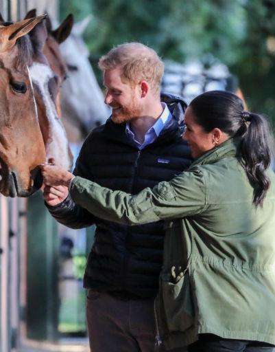 А еще эти двое обожают лошадей