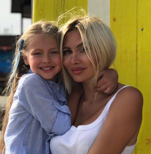 Элина Камирен с дочкой