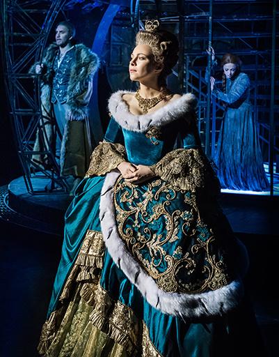 "Екатерина Гусева (Екатерина II) в сцене из мюзикла ""Граф Орлов"""