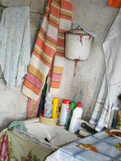 Рукомойник и разбитая раковина – вот и все «убранство» кухни