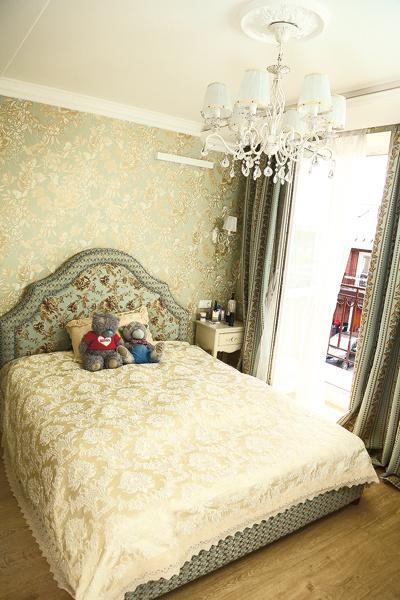 Спальня выдержана в английском стиле