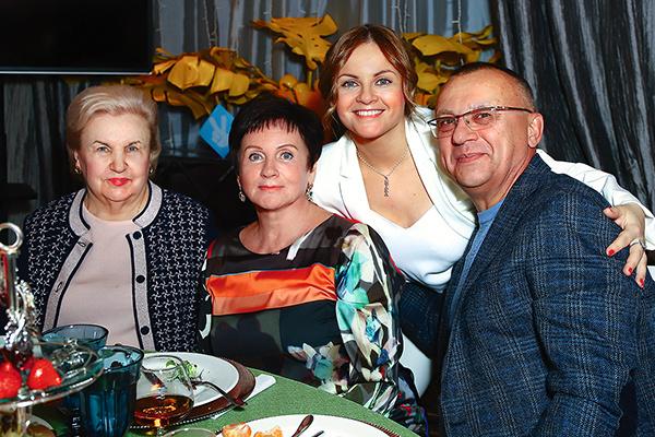 Мама Игоря Светлана Митрофановна и родители Юли — Людмила Ивановна и Павел Сергеевич — часто приезжают в гости