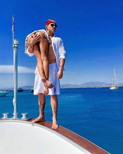 Майами проводит время на яхте в компании сразу нескольких девушек