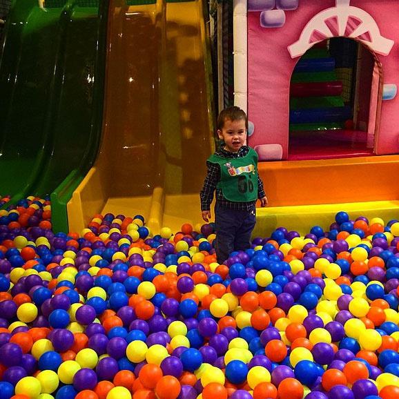 Тимофей начал отмечать день рождения накануне, развлекаясь в игровой комнате