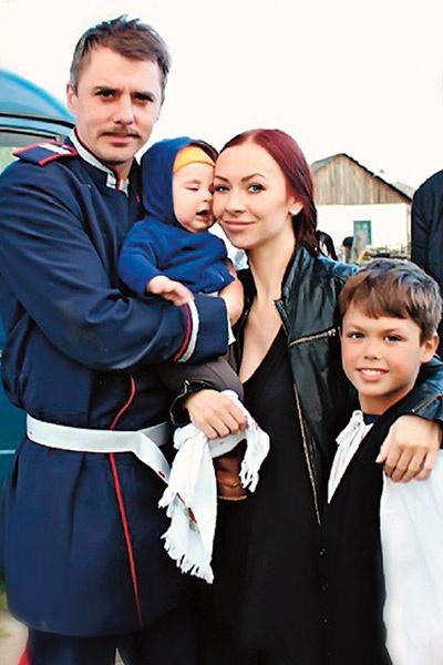 Матвей (крайний справа) вместе с папой снялся в фильме «Последний янычар»