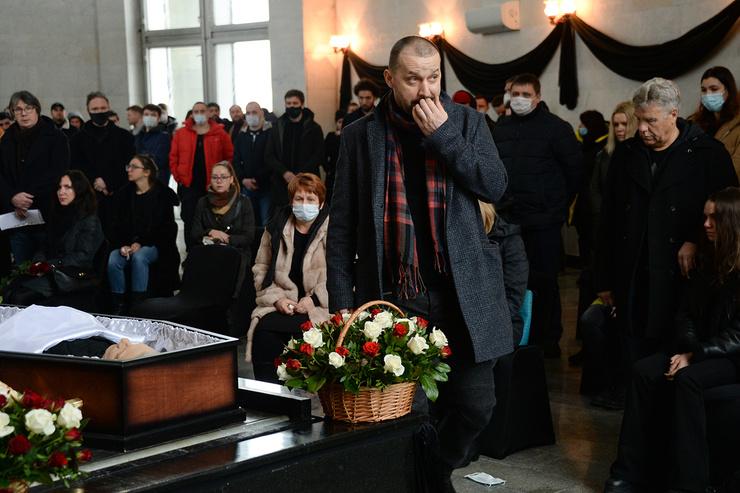У семьи комика нет накоплений, на которые можно было организовать похороны. Поэтому друзья и коллеги юмориста собирали деньги своими силами