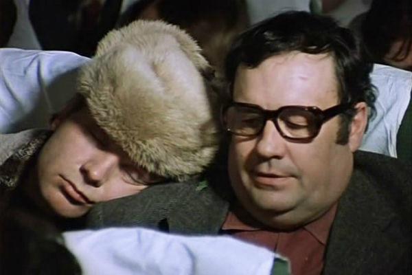 Именно Рязанов сыграл недовольного персонажа, с которым сталкивается главный герой по дороге в Ленинград
