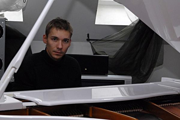 Незадолго до смерти Алексей открыл свою музыкальную студию