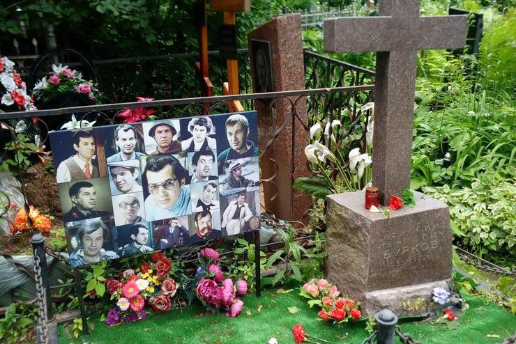 Гранитный крест на могиле Буркова на Ваганьковском кладбище сделали из того же куска горной породы, что и памятник Василию Шукшину на Новодевичьем. Спустя восемь лет упавшее после урагана дерево взрыло могилу Георгия Ивановича до такой степени, что обнажило остатки гроба, но вскоре родственники привели все в порядок