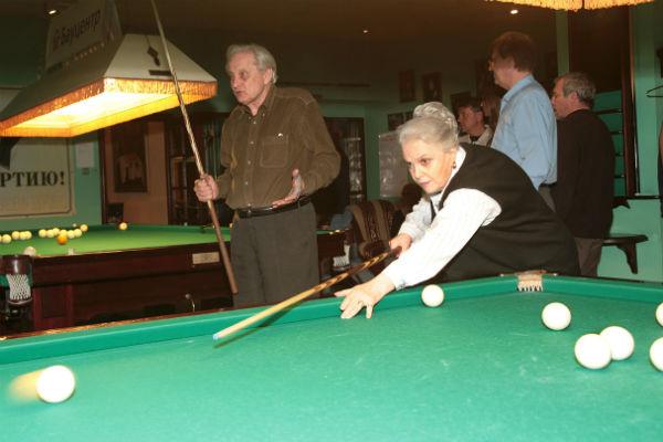 У 87-летней Элины Быстрицкой крепкая рука и сильный удар