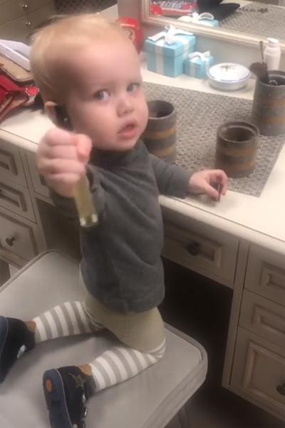 Платон наводит порядок на туалетном столике мамы
