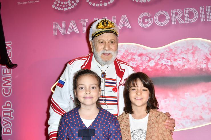 Отец Филиппа Киркорова с внуками
