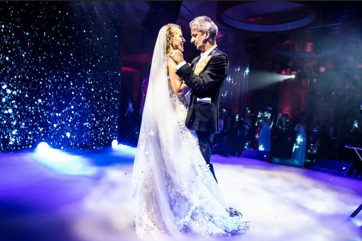 Медленный танец влюбленных стал одним из самых трогательных моментов торжества