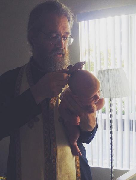 Священник прочел над малышом особые молитвы