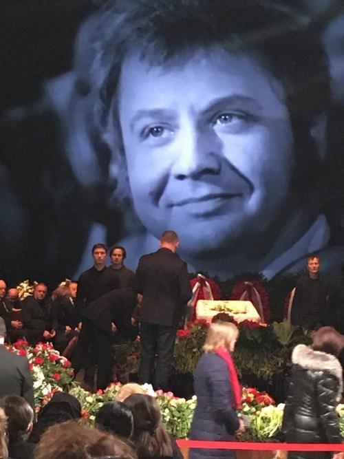 Поклонники Олега Табакова приносят букеты цветов