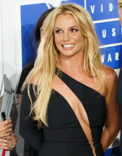 Бритни Спирс продемонстрировала стройную фигуру в откровенном платье