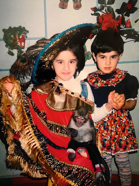 Утром перед линейкой Алана (слева) оставила дома брошь... Теперь эта брошь стала семейной реликвией