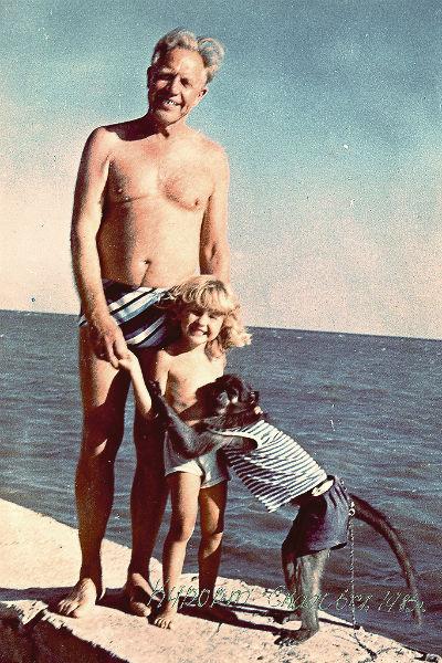 Дедушка с Наташей на Черноморском побережье в Скадовске, 1980-е годы