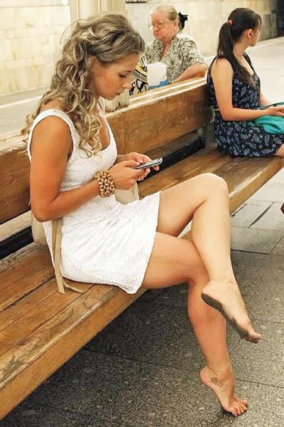 Фото барефутеров в столичном метро вызвали недоумение у пользователей Интернета