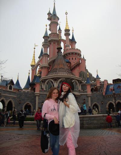 Марина Хлебникова с дочерью Никой развлекались в парижском Диснейленде