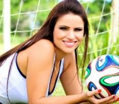 Дух победы: как любимые жены футболистов болеют за наших