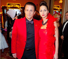 Парный выход: Олег Меньшиков с супругой