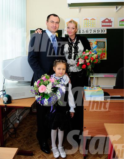 Счастливые родители с дочкой