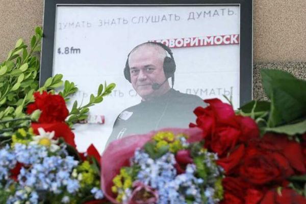 Поклонники несут цветы на Троекуровское кладбище