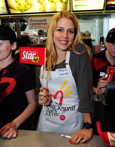 Маруся Зыкова мило улыбалась покупателям