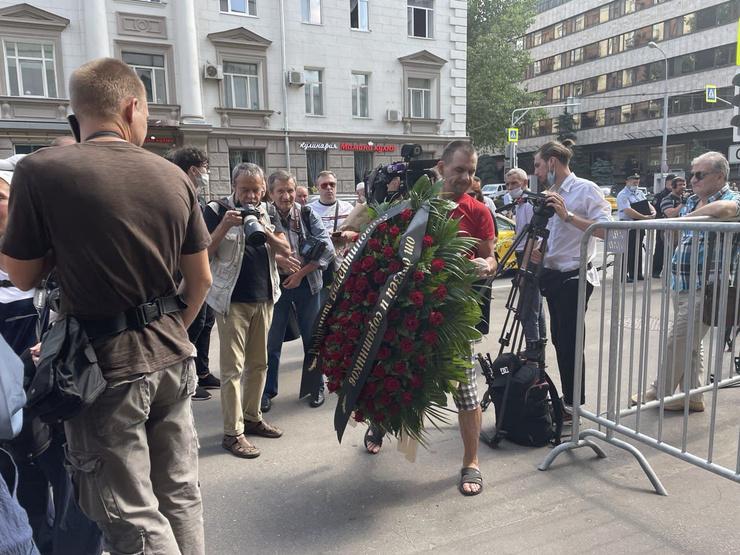 Поклонники несут к гробу режиссера венки и цветы