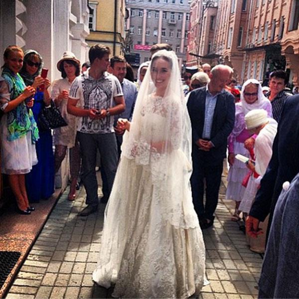 Анастасия Винокур у храма, где проходило венчание