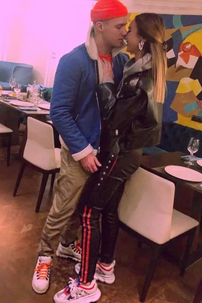 Поклонники долго обсуждали видео, где певец целуется с Ольгой Бузовой