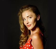 Красный сарафан в горох и лаковые босоножки: образы Анны Казючиц в сериале «Курорт цвета хаки»