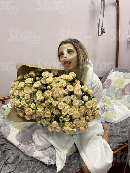 В больнице девушку подбадривают цветами и подарками