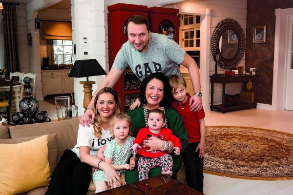 Певица просила Данилу и Татьяну назвать внука в честь своего любимого отца, и они пошли ей навстречу. На фото – с сыном, невесткой, Георгием и внучками – Верой и Марфой